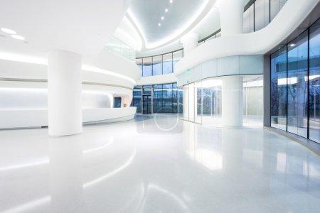 Photo pour Futuriste immeuble moderne intérieur en cité urbaine - image libre de droit