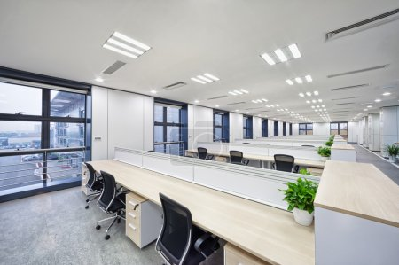 Photo pour Espace de travail moderne spacieux et léger intérieur de bureau - image libre de droit