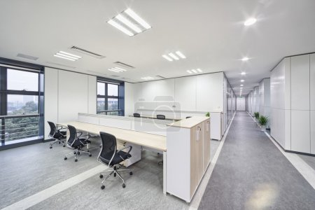 Photo pour Spacious and light modern office workspace interior - image libre de droit