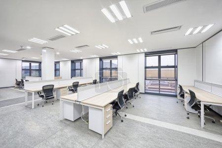 Photo pour Spacious and light modern office workspace interior - image libre de droit