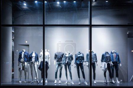 Photo pour Vêtements et affichage vitrine de mode. - image libre de droit