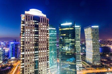 Photo pour Skyline, gratte-ciels illuminés dans la ville moderne de nuit. - image libre de droit