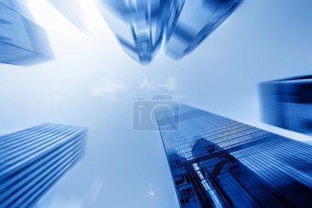 Photo pour Vue à angle bas des gratte-ciel en mouvement flou . - image libre de droit