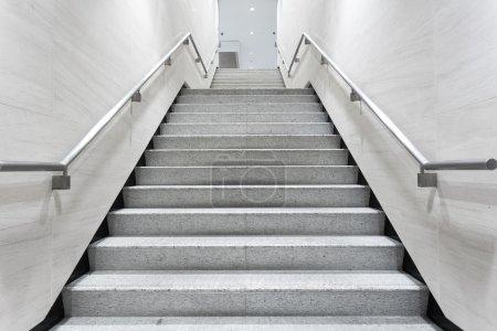 Photo pour Escalier dans le couloir de construction - image libre de droit