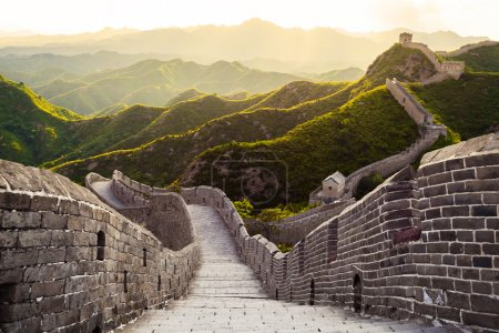 Photo pour Grande muraille sous le soleil pendant le coucher du soleil, Chine - image libre de droit