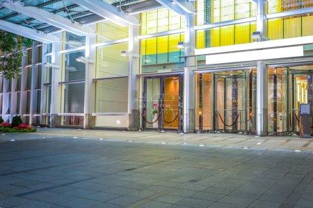 Photo pour Plancher vide près de façade de bâtiment moderne - image libre de droit
