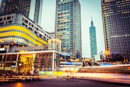 Photo pour Sentiers de feux de circulation dans la rue moderne - image libre de droit