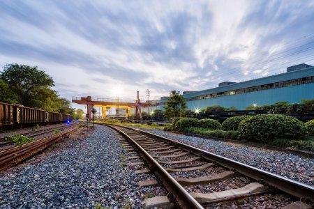 chemin de fer au crépuscule