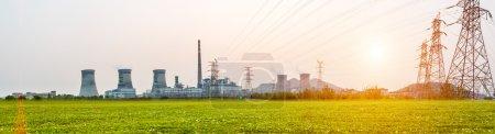 Photo pour Centrale électrique au coucher du soleil - image libre de droit