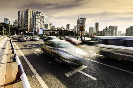 Photo pour Circulation floue sur le pont - image libre de droit