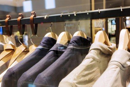 Photo pour Vêtements sur cintre dans le magasin de mode moderne - image libre de droit