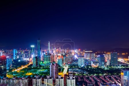 Photo pour Vue en angle élevé de l'horizon moderne et du paysage urbain la nuit - image libre de droit