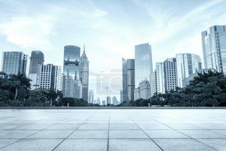 Moderne Plätze und Wolkenkratzer unter wolkenverhangenem Himmel