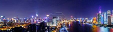 Foto de Escena nocturna de la ciudad con un río alrededor de rascacielos - Imagen libre de derechos