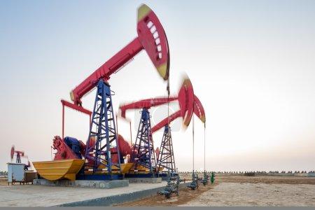 Photo pour Champ de pétrole avec des unités de pompe - image libre de droit