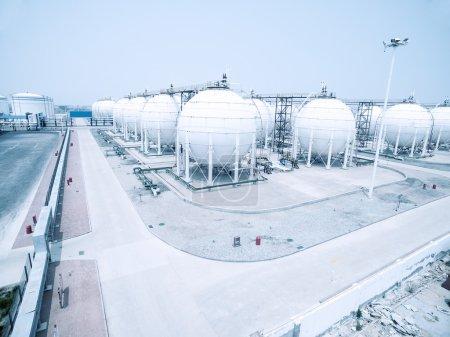 Photo pour Réservoirs d'huile et de carburant dans le dépôt d'huile, avant de la route vide - image libre de droit
