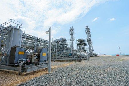 Photo pour Pipelines de raffinerie de pétrole - image libre de droit