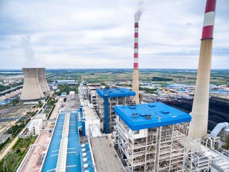 Photo pour Skyline, hautes cheminées dans la centrale électrique - image libre de droit