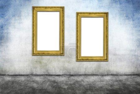 Photo pour Deux cadres dorés verticaux sur un mur sale gris - image libre de droit