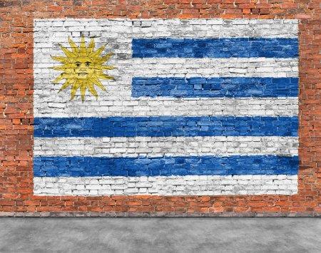 Photo pour Drapeau de l'Uruguay peint sur un vieux mur de briques - image libre de droit