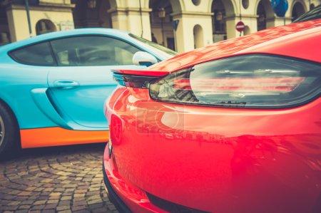 Photo pour Gros plan des feux arrière d'une voiture rouge en effet vintage - image libre de droit