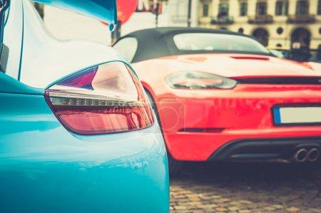 Photo pour Gros plan des feux arrière d'une voiture bleue en effet vintage - image libre de droit