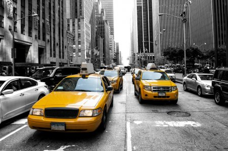 Photo pour Yellow taxi in a Black and White New York - image libre de droit