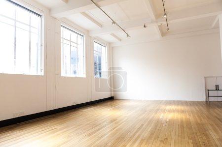 Photo pour Chambre vide avec murs blancs et parquet en bois - image libre de droit