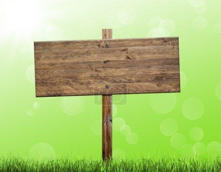 Photo pour Panneau d'affichage en bois isolé sur un fond vert - image libre de droit