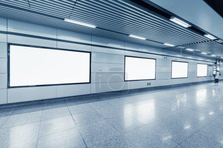 Photo pour Panneau d'affichage vide dans la station de métro avec couloir lumineux - image libre de droit