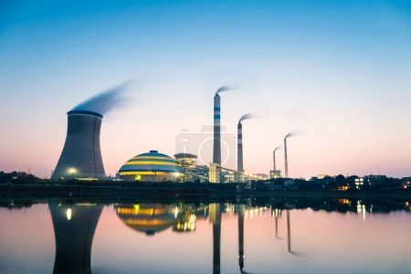 Photo pour Centrales au charbon à la tombée de la nuit, paysage industriel - image libre de droit