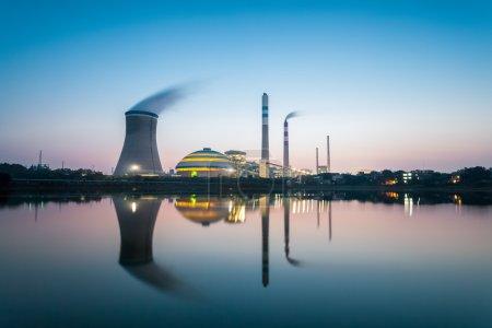 Photo pour Paysage industriel, usine du charbon en nightfal - image libre de droit
