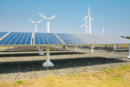 Foto de Paneles de energía solar y turbina eólica, energía limpia fondo - Imagen libre de derechos