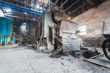 Photo pour Vieille chaudière industrielle dans une ancienne usine - image libre de droit