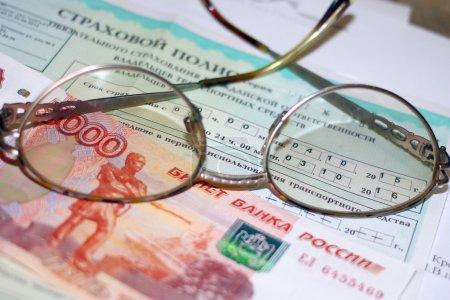 Photo pour L'argent russe, les verres et les papiers pour l'assurance auto - image libre de droit