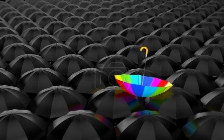 Foto de Gran número de paraguas negros abiertos, en la parte superior de los cuales había un paraguas de arco iris - Imagen libre de derechos