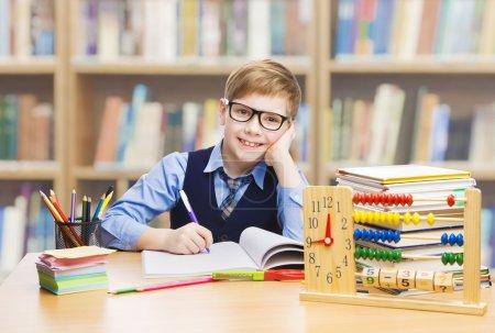Escuela educación, libros de estudio de niño estudiante, niño niño en gafas