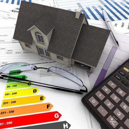 Photo pour Une maison sur le dessus d'une table avec formulaire de demande de prêt hypothécaire, calculatrice, plans, etc. .. - image libre de droit