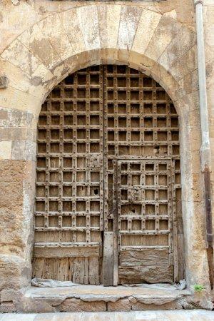 Photo pour Vieille porte d'entrée à caissons - image libre de droit