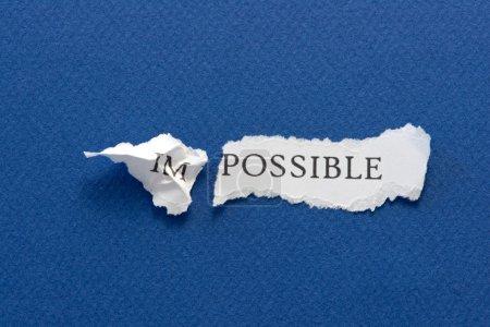 Photo pour Le mot impossible déchiré en deux parties, im et possible - image libre de droit