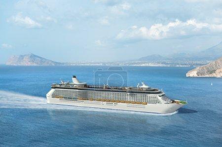 Photo pour Bateau de croisière naviguant sur la Méditerranée - image libre de droit