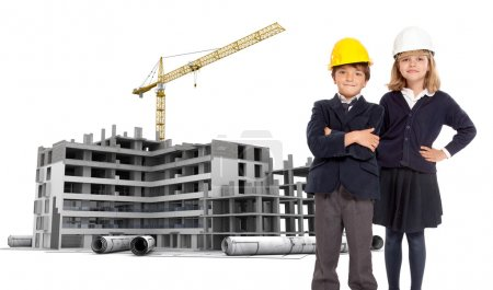Photo pour Jeunes enfants à l'école en uniforme avec des casques de sécurité-un immeuble en construction - image libre de droit