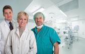 Happy lékařský tým na operační sál