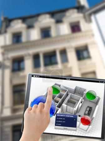 Photo pour Rendu 3D d'une tablette avec un panneau de commande appartement, devant un bâtiment - image libre de droit