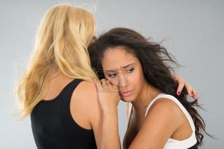 Photo pour Femme est réconfortant son amie triste isolé sur fond gris - image libre de droit