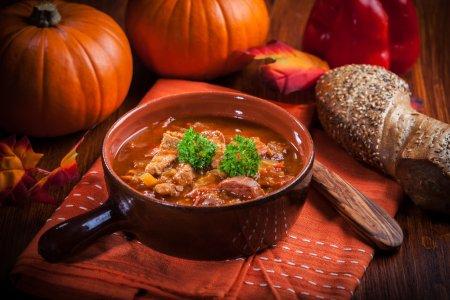 Photo pour Soupe gourmande au goulache - cuisine traditionnelle hongroise - image libre de droit