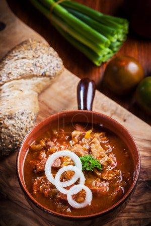 Photo pour Soupe de goulache copieux - cuisine traditionnelle hongroise - image libre de droit