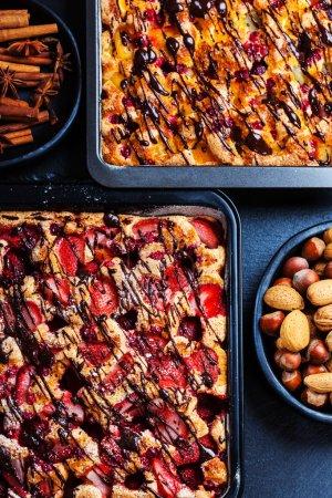 Photo pour Gâteaux aux éponges de fruits faits maison avec des ingrédients de cuisson - image libre de droit