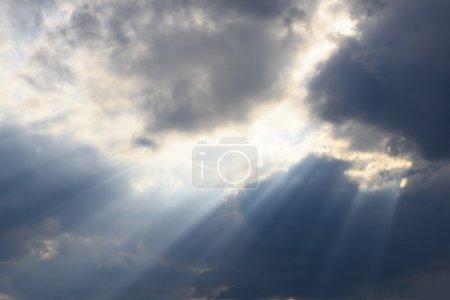 Photo pour Nuages sur le ciel avec des rayons de soleil spectaculaire - image libre de droit
