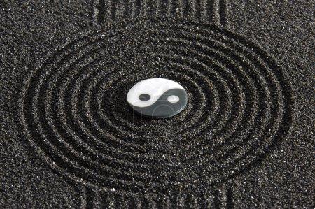 Photo pour Jardin japonais avec la pierre dans le sable - image libre de droit